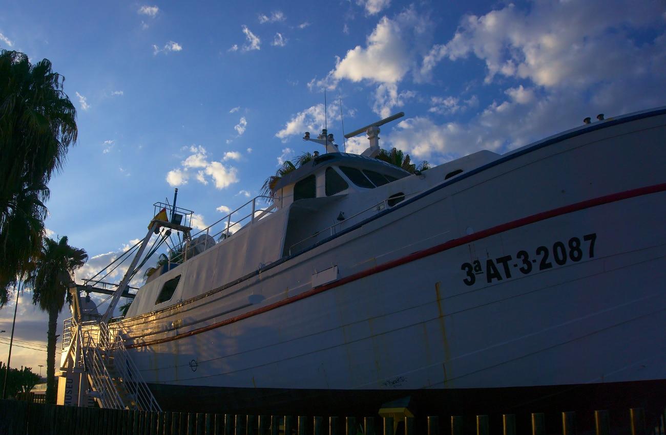 barco museo en la calle del muelle en el puerto de santa pola