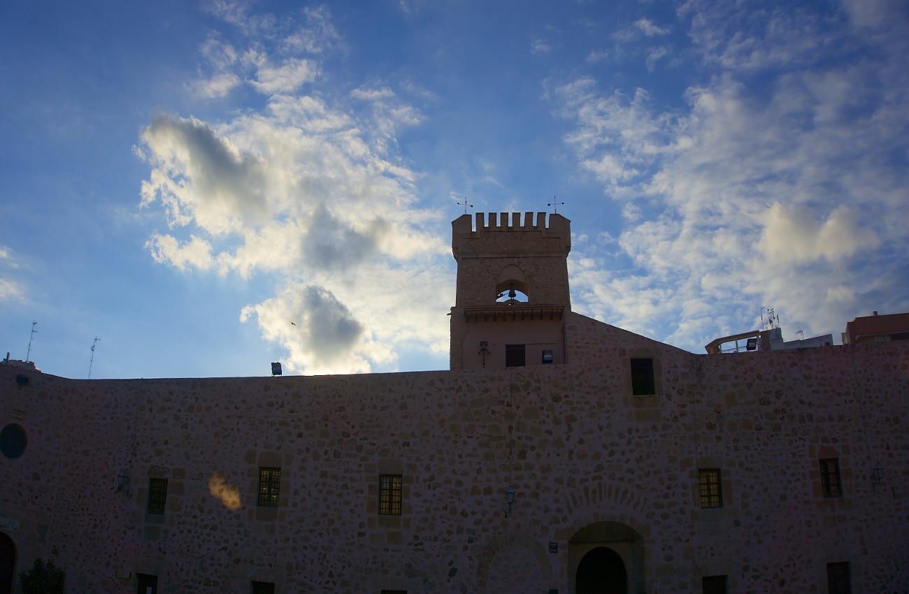 vista desde el patio de armas de la fachada y torre del castillo fortaleza de santa pola