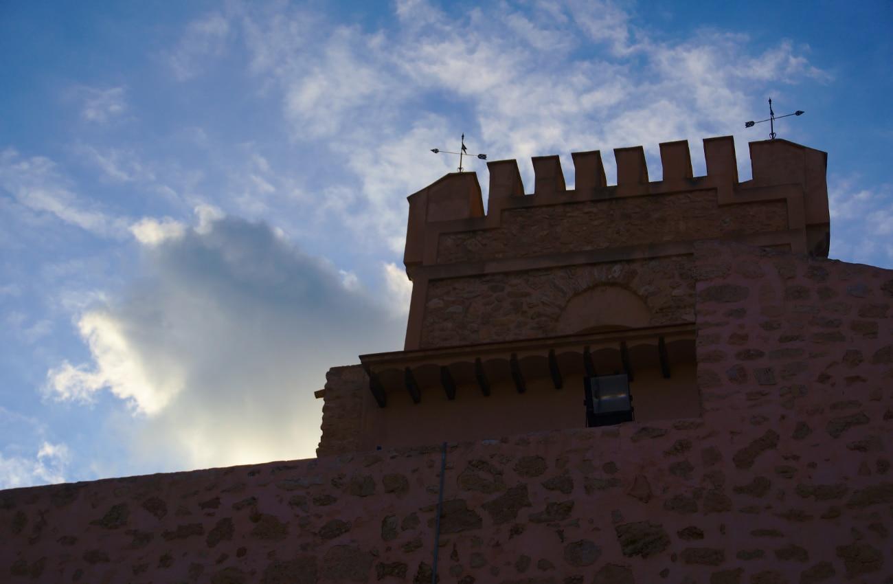 vista desde el patio de armas de la torre del castillo fortaleza de santa pola