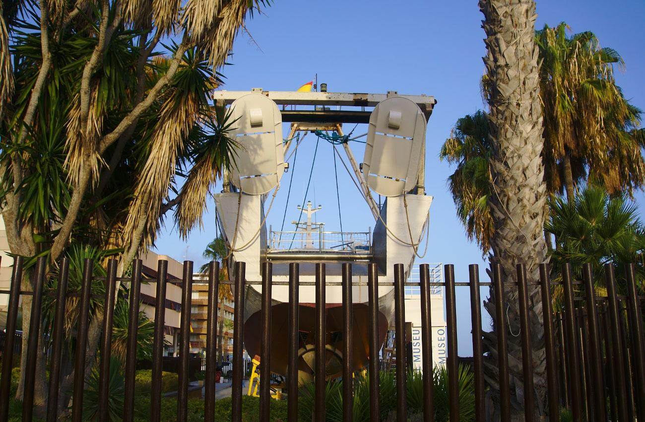 vista trasera del barco museo en el puerto de santa pola