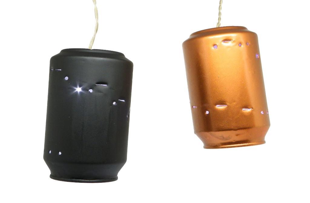 adorno luminoso para navidad hecho con latas de refresco y guirnalda de luces led