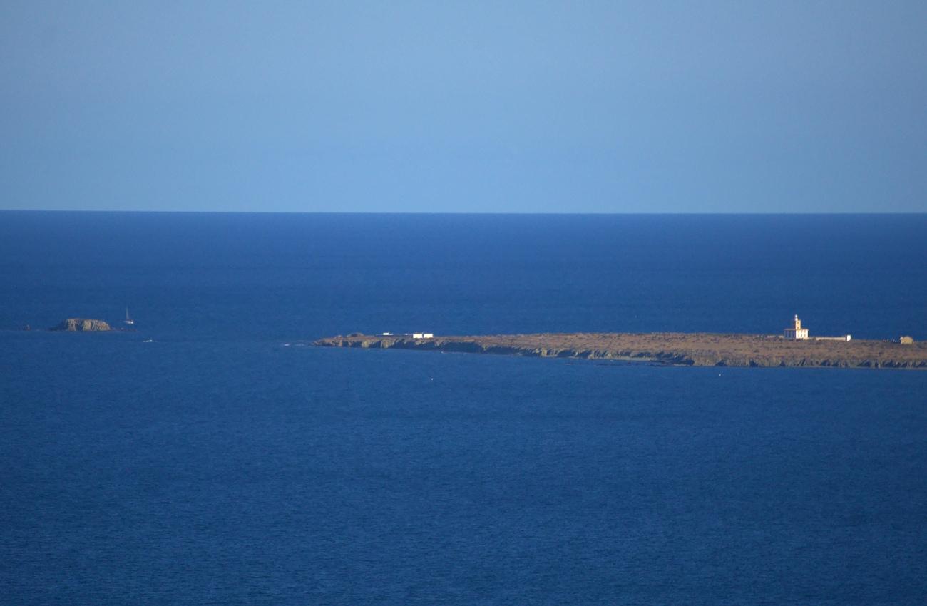 vista de la isla de tabarca desde el cabo de santa pola