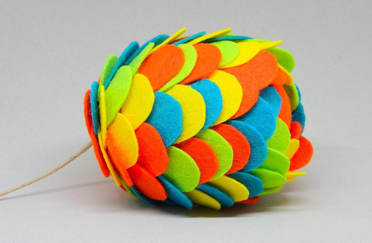 bola de navidad de 70 mm hecha con escamas de colores de fieltro