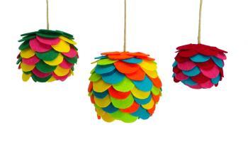 bolas de navidad hechas con fieltro de colores