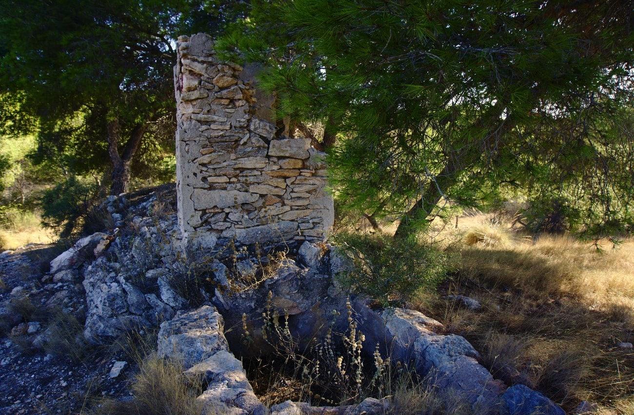 torre y abrevadero de antiguo pozo en el barranco de paco mañaco santa pola