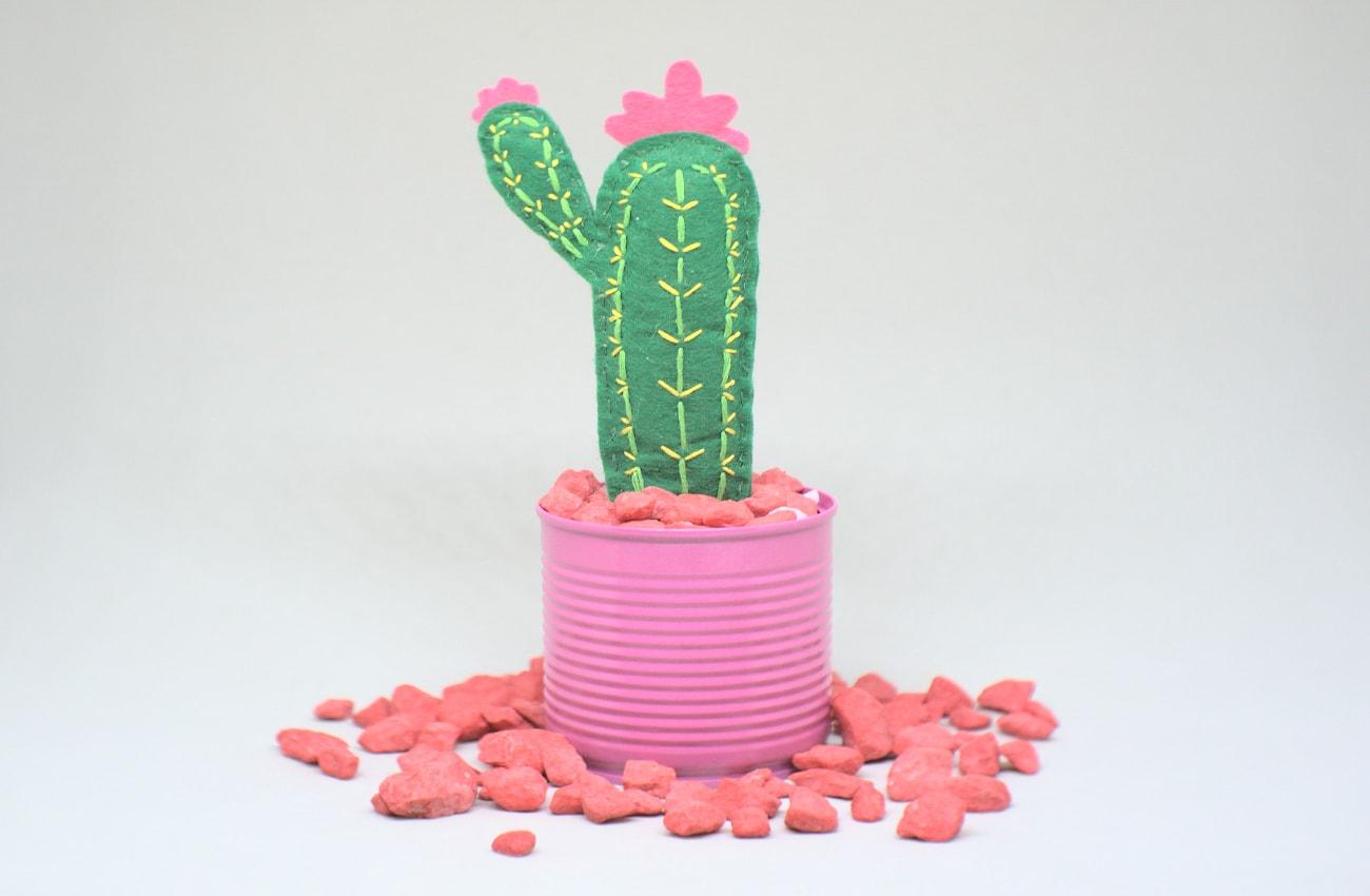maceta con cactus de fieltro de colores