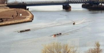 Tập dượt đua thuyền trên sông
