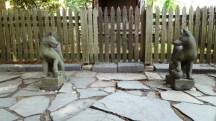 hai pho tượng đá trước ngôi đền làm mẩu