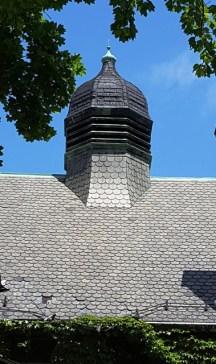 Một phần của nóc nhà nguyện phía sau viện bảo tàng thành phố