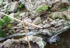 suối len qua đá