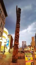 Một cái trụ gỗ trên có khắc nhiều hình ảnh. Trụ này của người dân tộc thiểu số. Họ khắc những trụ gỗ này để đánh dấu lãnh thổ, dòng họ nào cai quản giang sơn nào. Những hình ảnh trên trụ rất đa dạng, có khi là thú vật có khi là thần linh. Giang sơn nào anh hùng ấy.