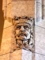 Một trong những điêu khắc trang trí trên tường đá