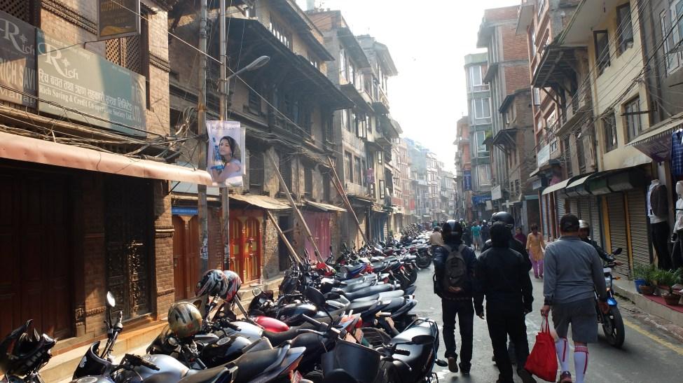 Xếp hàng mua xăng ở Patan - Nepal