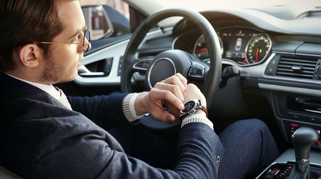 Google by mohl zabránit zákazu chytrých hodinek za volantem