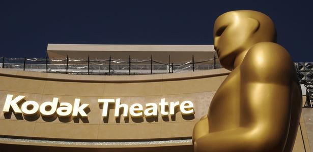 Estatueta gigante do Oscar enfeita o Kodak Theatre no dia da premiação de 2011 em Los Angeles, nos EUA