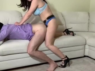 Pegging Brunette sweetly fucked a person ( Брюнетка сладко страпонит его жопу)