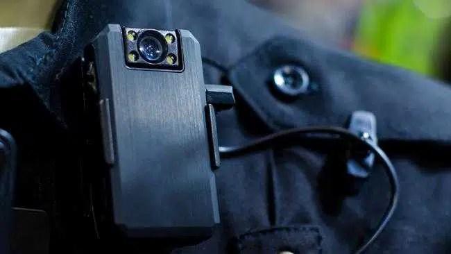 Câmeras e aparelhos de escuta monitorando instrutores de direção