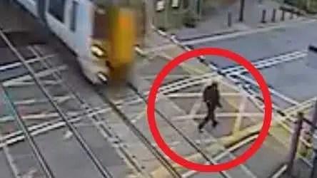Homem britânico quase atropelado pelo trem de Londres em vídeo chocante