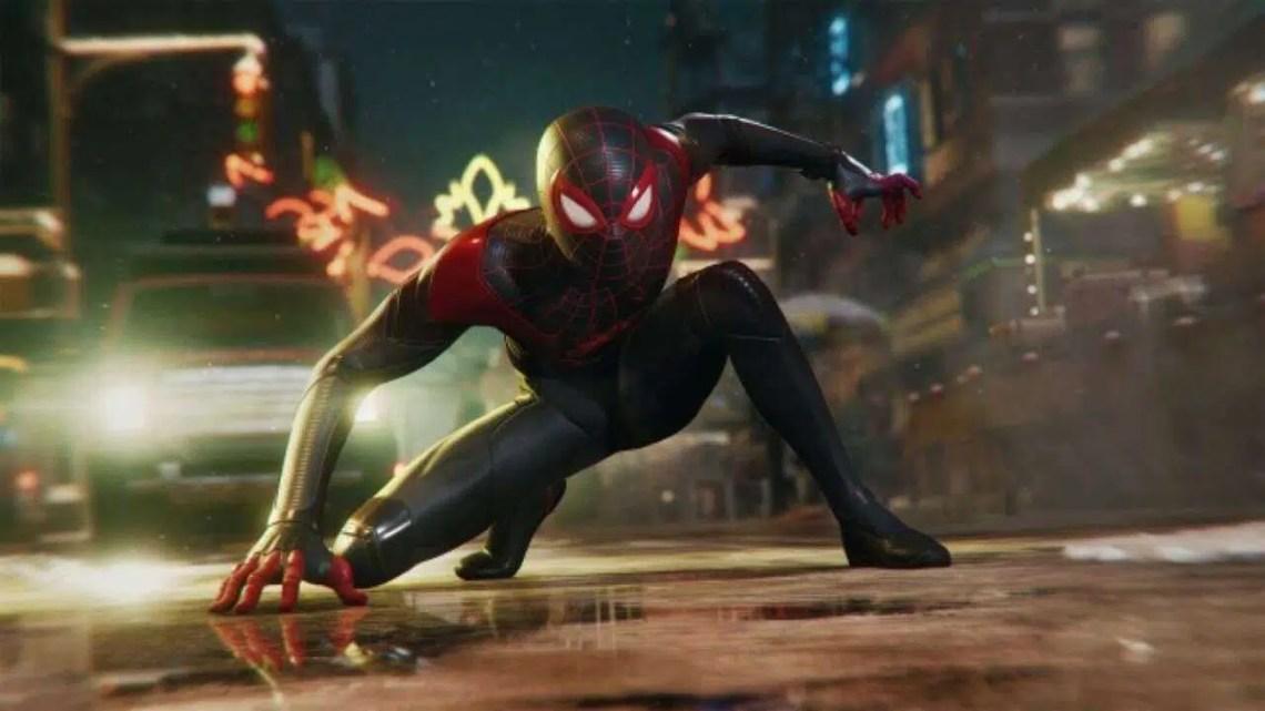 Homem-Aranha: Miles Morales apresenta uma fantasia de capuz carmesim