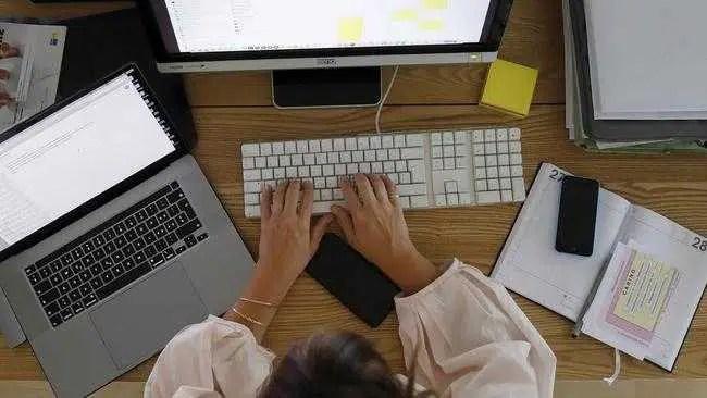 Trabalhadores australianos frustrados com a pandemia de trabalhar em casa