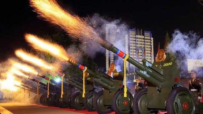 """Kim Jong-un mostra novo míssil nuclear """"assustador"""""""