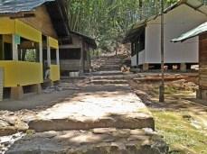 Wangunan sisi jalan ka 'makam' di Gunung Lingga