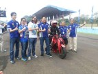 Management PT Yamaha Indonesia Motor Manufacturing (YIMM) bersama komentator MotoGP Matteo Guerinoni jelang victory lap 1