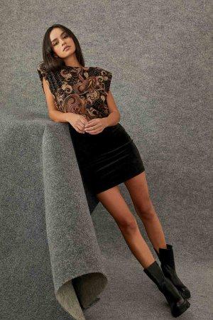 Φωτογραφία προϊόντος Φούστα κοντή με βελουτέ υφή - Μπλούζα αμάνικη με βάτες