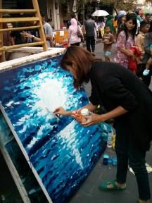 Teteh yang satu ini melukis dengan tehnik mengelupaskan cat di kanvas. Keren!