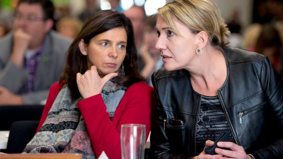 Katrin Göring-Eckardt und Simone Peter von den Grünen  unterhalten sich in Berlin