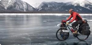 Cicloturismo - Cicloturista durante un'avventura in bicicletta