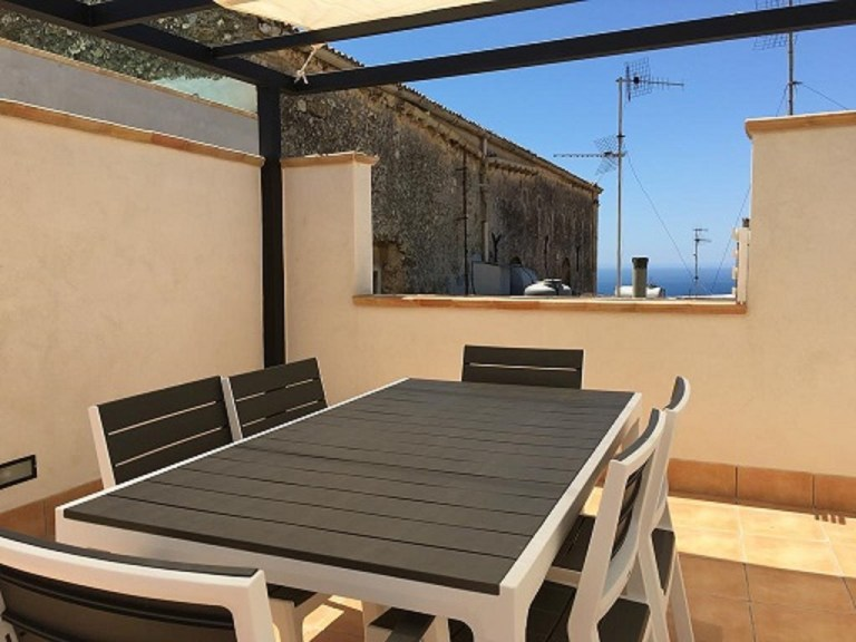 Breakfast-with-sea-views-at-Olivella-BandB_