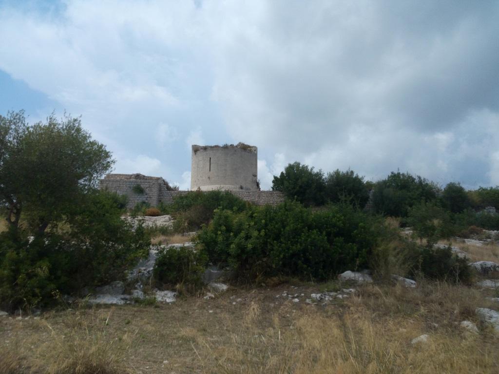 torre del castello reale di noto antica vista da lontano