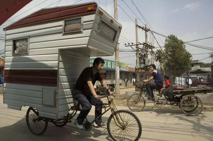 Artista transforma bicicleta em residência itinerante