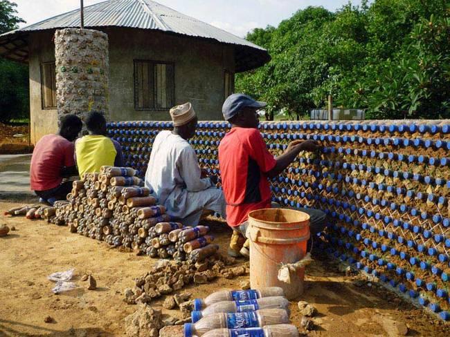 Nigerianos usam garrafas PET para construir casas à prova de balas