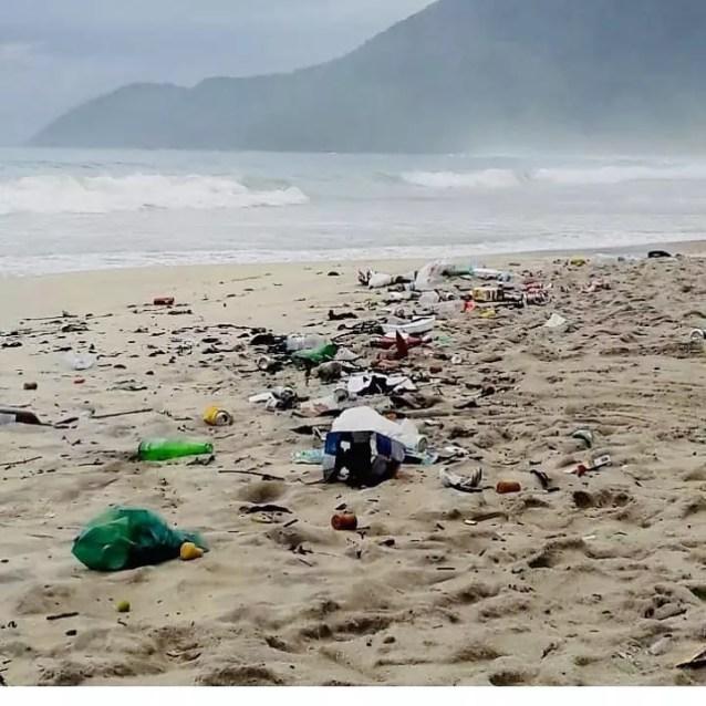Lixo na praia de Maresias