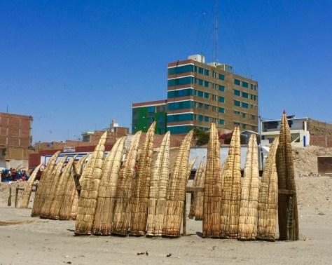 Praia de Pimentel e caballitos de totora.