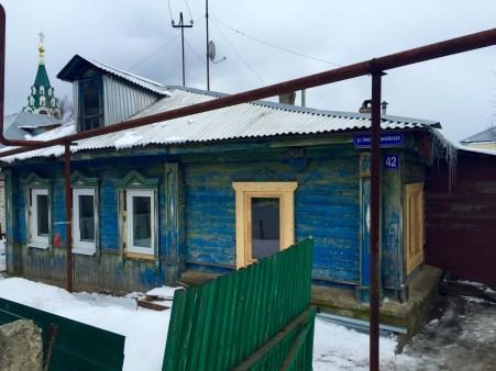 Casas de madeira nas rúas laterais