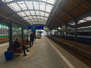 Agardando polo tren a Poznan