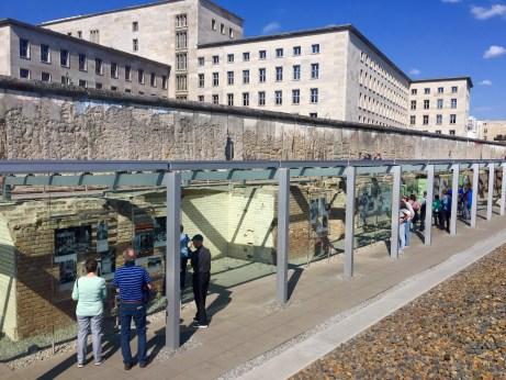 Soar da Topografía do Terror con anaco de Muro e edificio da Lufttwafe
