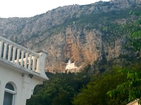 Vista do Mosteiro Superior dende o Mosteiro Inferior en Ostrog