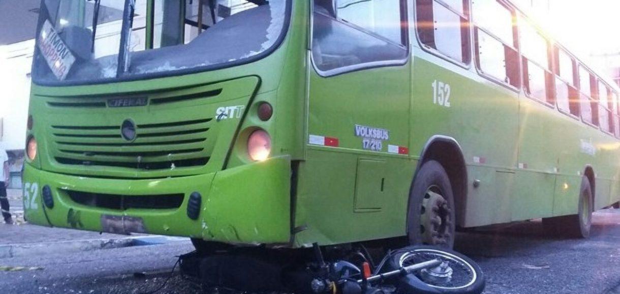 Colisão entre ônibus e moto deixa mulher morta e homem ferido no Piauí