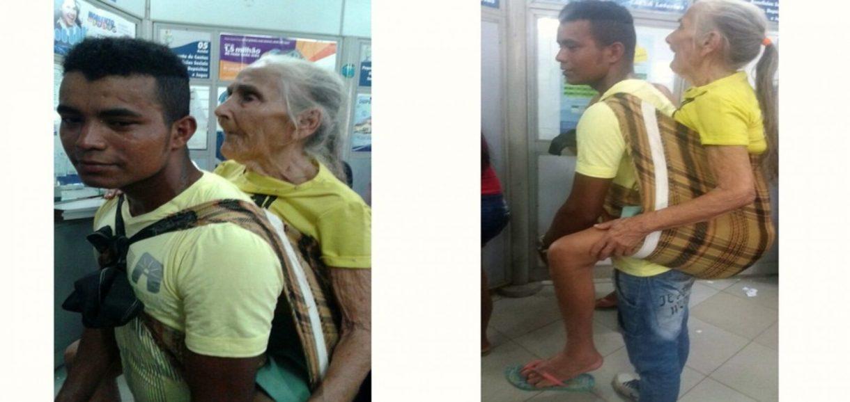 Parente carrega idosa por mais de 3 km para ela sacar benefício