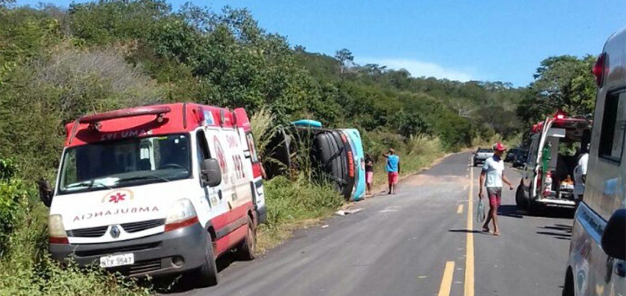 Ônibus com 36 passageiros tomba e mata avó e neta de 6 meses no Piauí