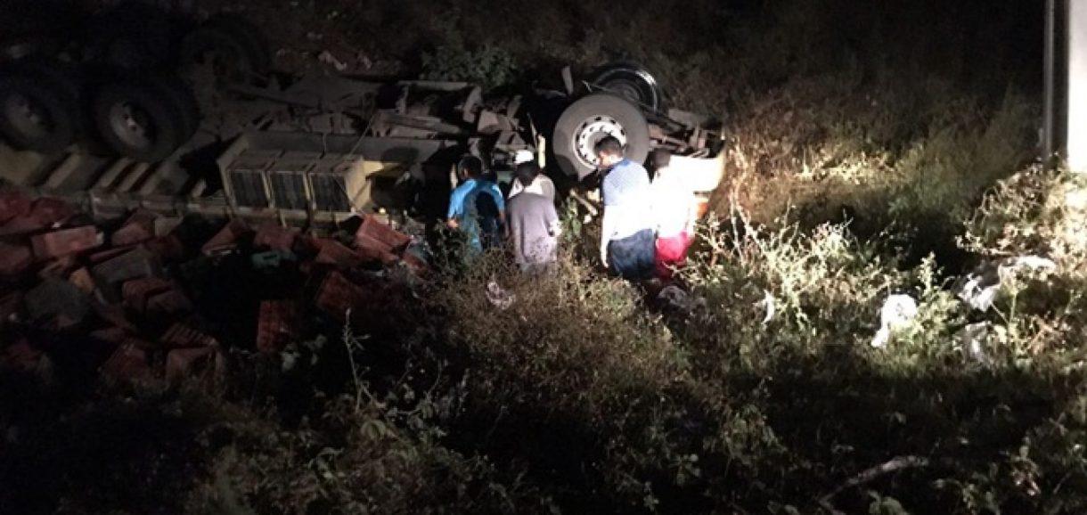 Caminhão tomba na BR 407 próximo a Geminiano e população retira motorista das ferragens