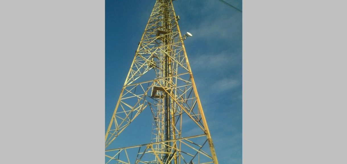 Criança sobe em torre de 50 metros de altura para pegar pipa no Piauí