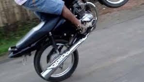 Abuso de Poder? PM quebra celular, algema e prende motociclista por empinar moto em Cidelândia