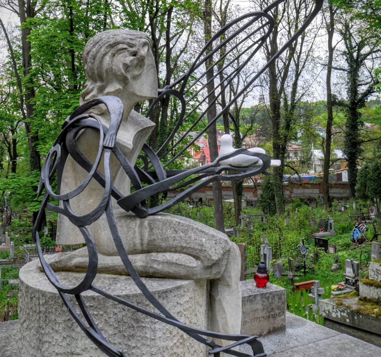 Cmentarz Łyczakowski: Dziewczynka z gołębiem