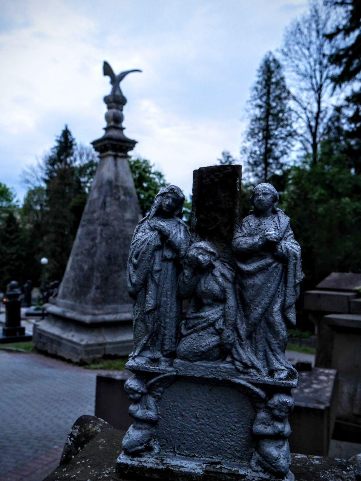 Pomnik pułkownika Ordona w tle