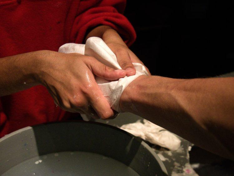 Ściąganie woskowego odlewu z ręki